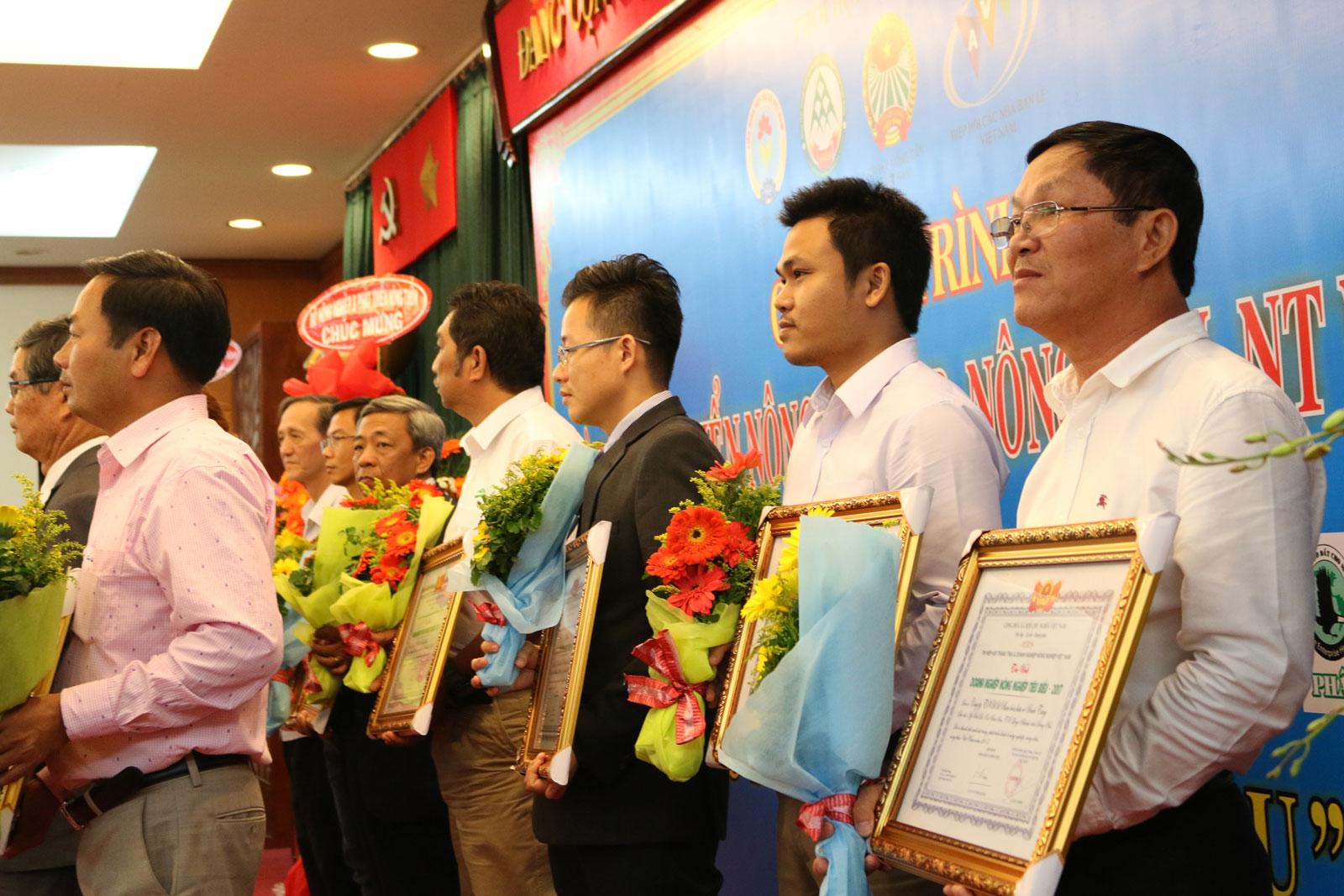 Nhận giải thưởng 20 doanh nghiệp xuất sắc cống hiến cho nền nông nghiệp nước nhà